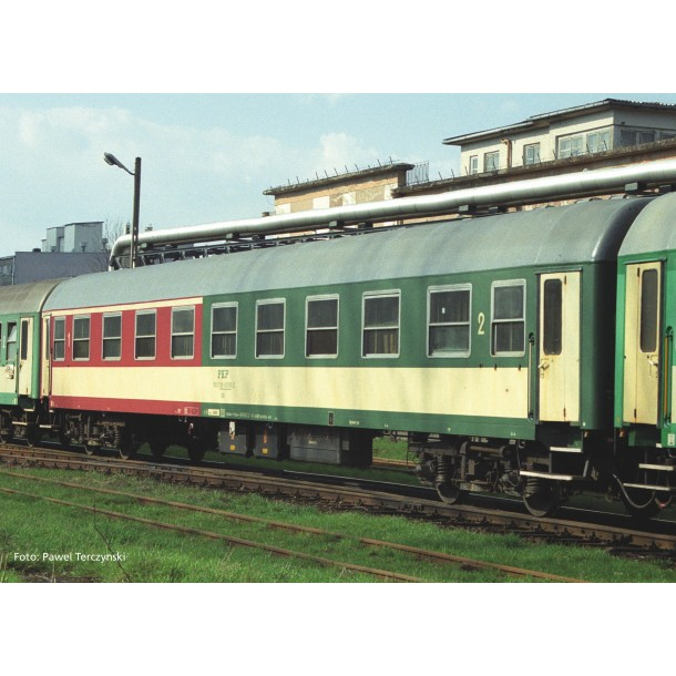 Piko 97617 wagon osobowy 1/2kl. 104 A PKP stacja  Zagórz  ep.V (H0)